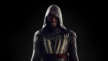 Майкл Фассбендер в образе ассасина из экранизации Assassin's Creed