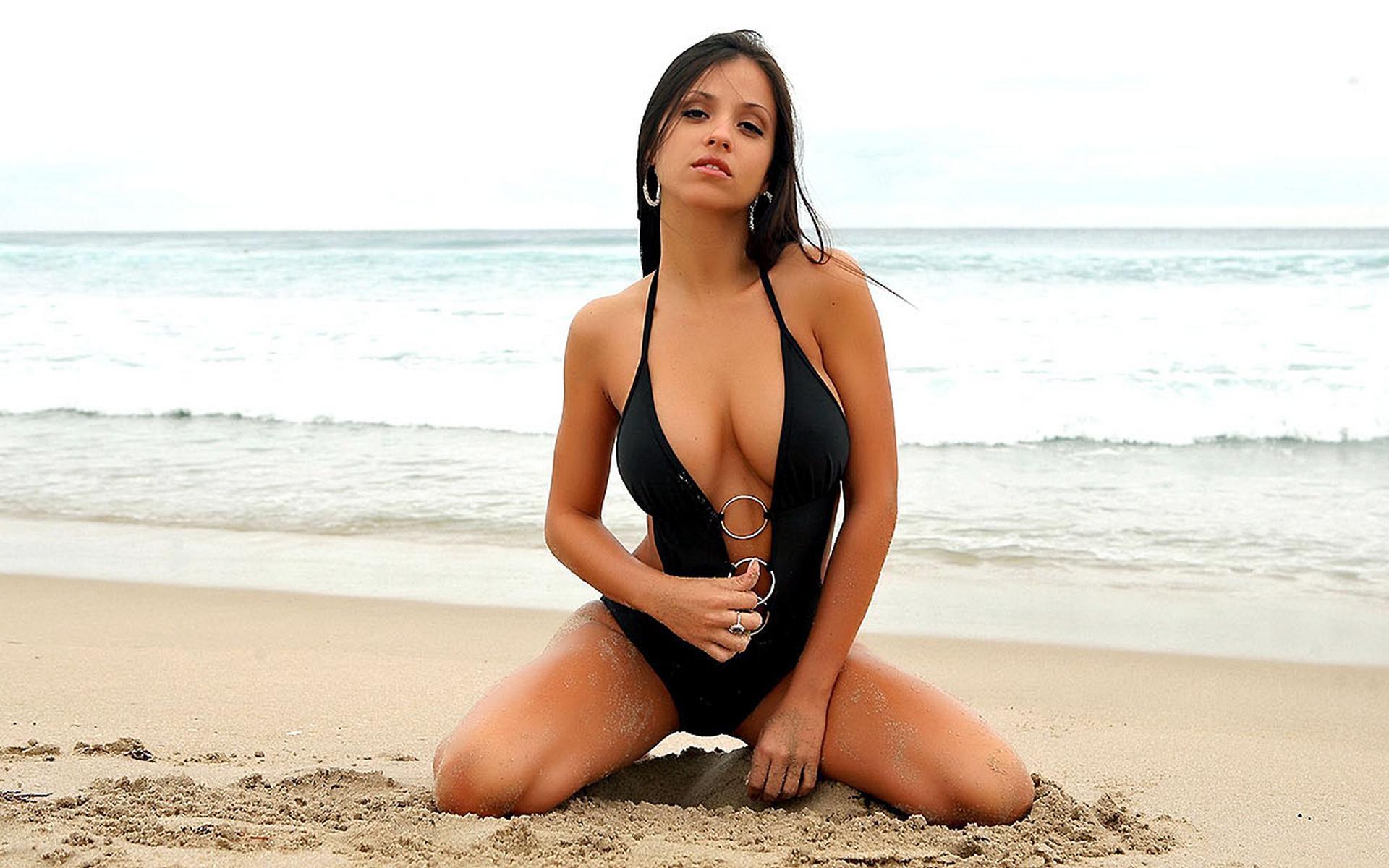 Красивые фото девушек брюнеток на пляже