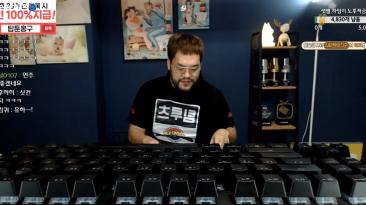 Про-игрок в StarCraft победил в матче, используя двухметровую клавиатуру