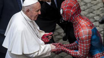 Папа римский пожал руку Человеку-пауку - он был приглашен за особые заслуги
