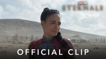 """Супергерои сражаются с монстром в первой полной сцене из картины Marvel """"Вечные"""""""