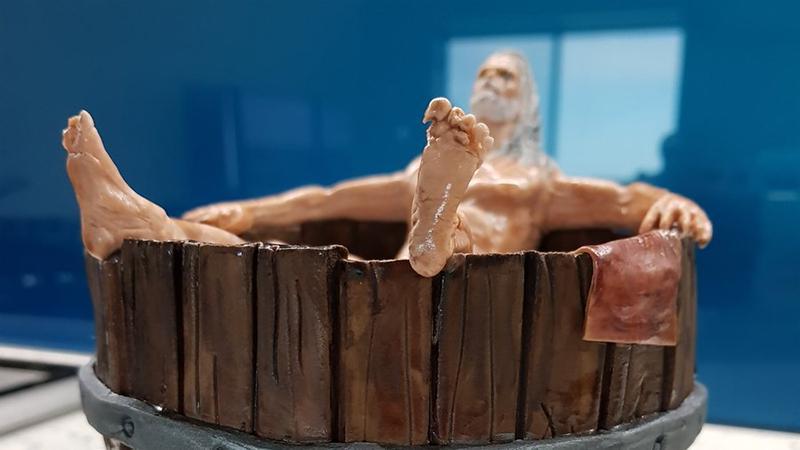 Геральт в ванне со всеми анатомическими подробностями превратился в торт