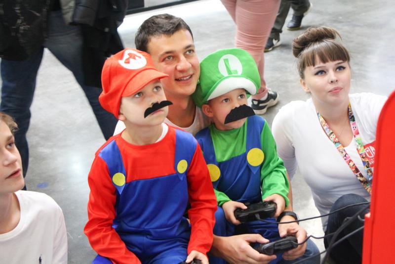 Nintendo создает проекты для всей семьи, поэтому на стенде компании можно было встретить больше всего детишек в сопровождении их увлеченных родителей.