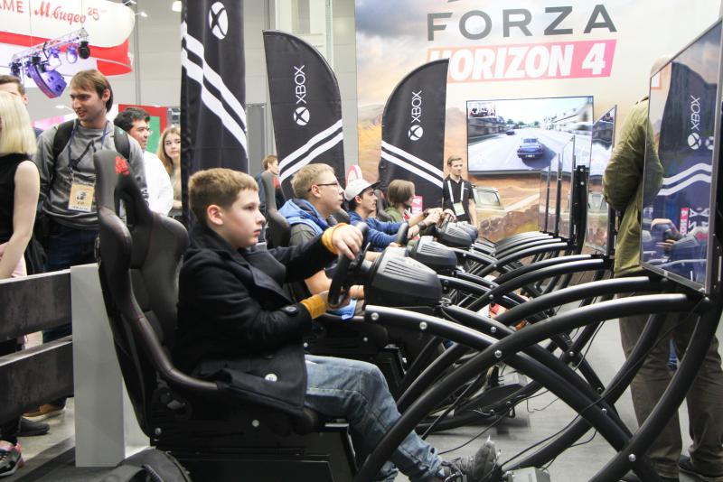 Главной игрой стенда Microsoft была уже обласканная критиками Forza Horizon 4.