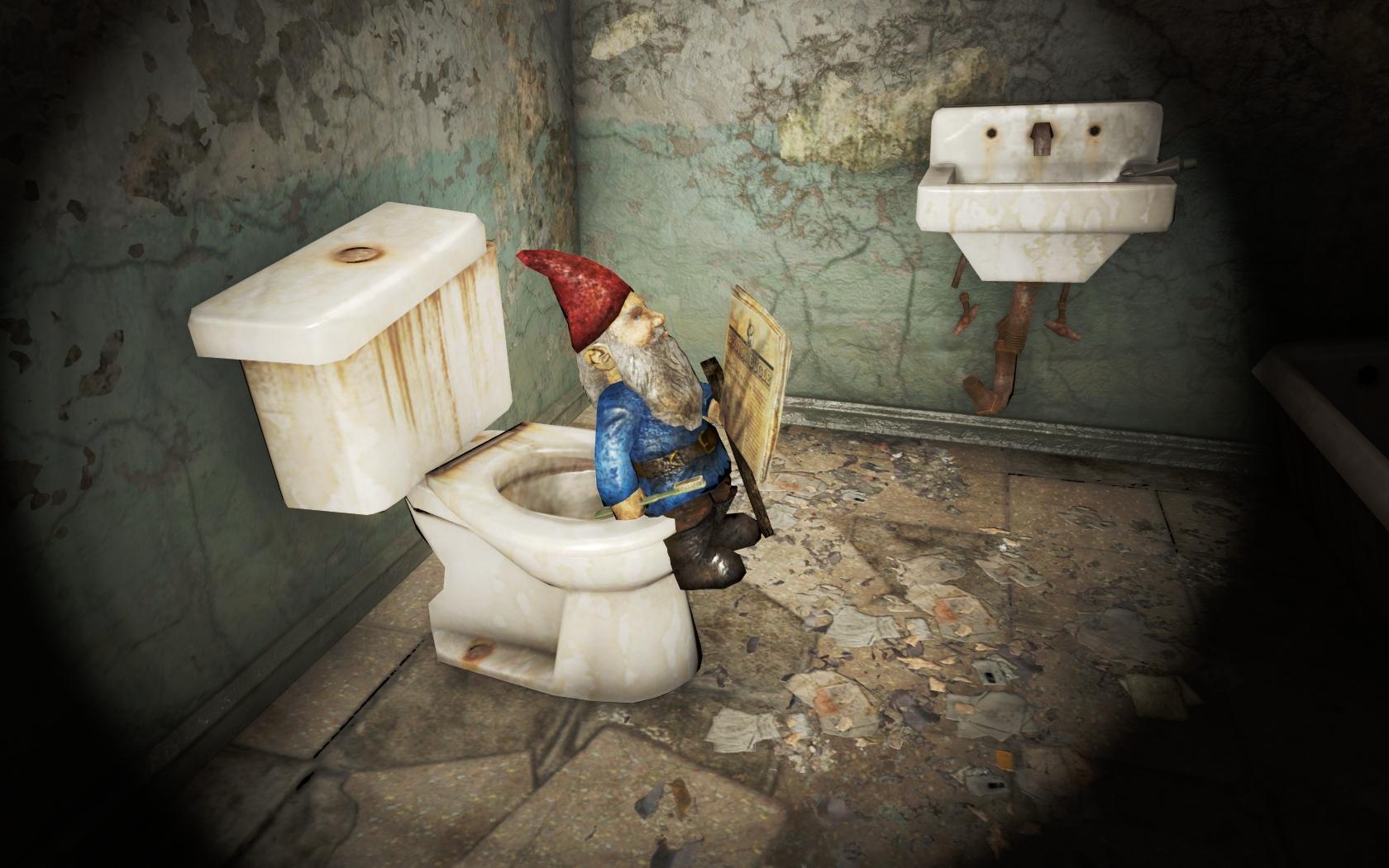 Садовый гном с зубной щёткой читает газету на толчке (Фар-Харбор, Гранд-отель Харбор) v2 - Fallout 4 Гранд-отель Харбор, Садовый гном, юмор