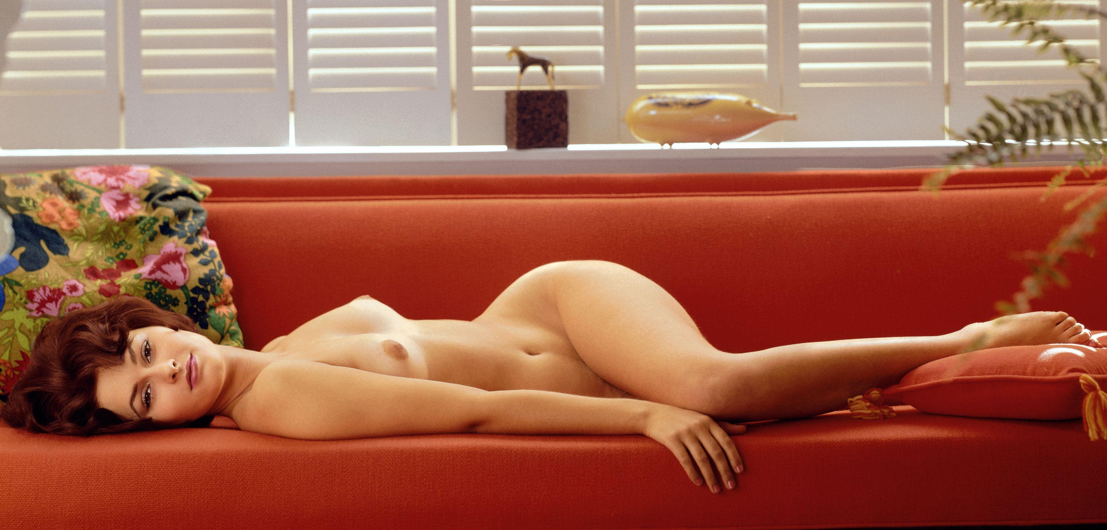 голая девушка лежит на диване картинки - 11