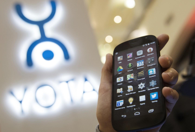 Руководитель Шанхая получил отМантурова вподарок новый YotaPhone 3