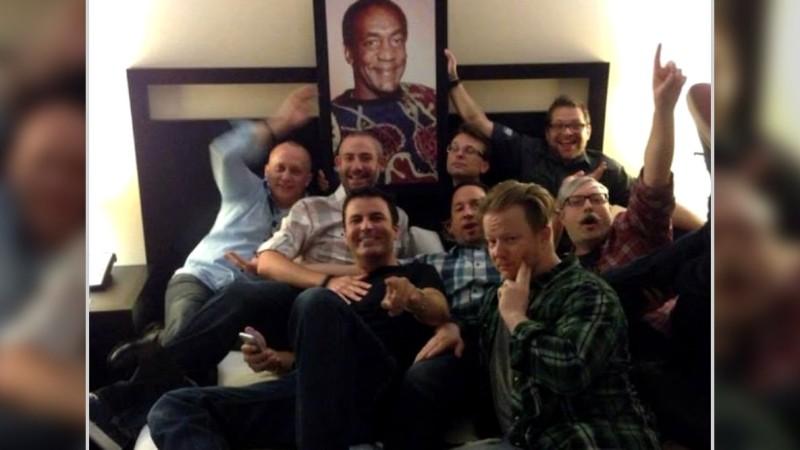 Алекс Афрасиаби и другие сотрудники Blizzard с портретом Билла Косби