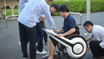 Новое устройство превращает инвалидное кресло в электромобиль