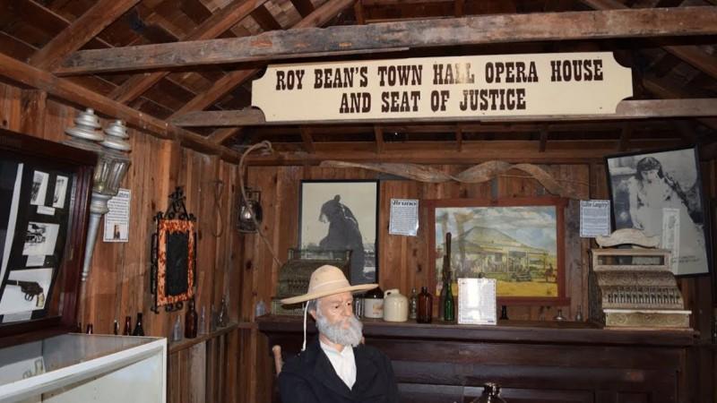 На заднем плане музея — фото медведя Бруно, питомца судьи Бина
