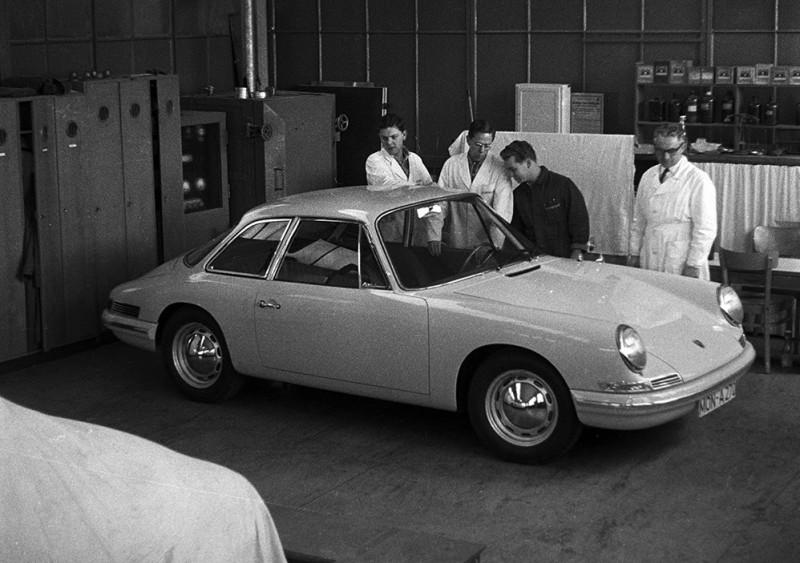 Старая чёрно-белая фотография из тестовой лаборатории Porsche.