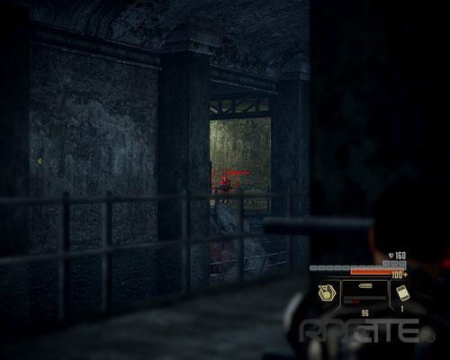 Один солдат выйдет из дверей позади вас