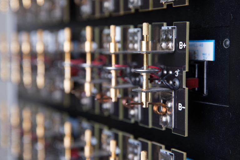 Научное оборудование для оценки характеристик ячеек батарей в IBM Research Battery Lab