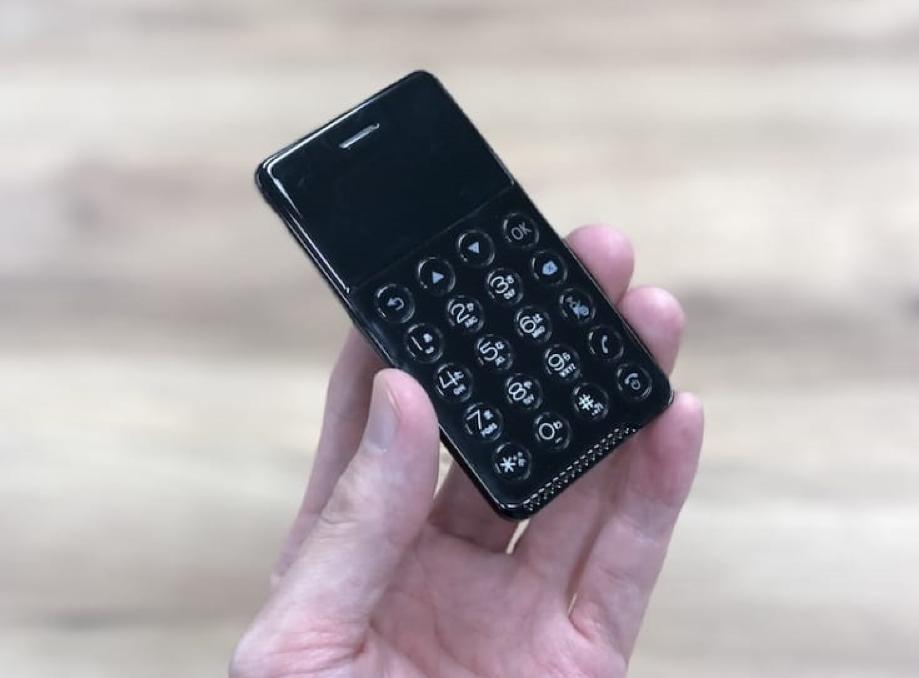 ВЯпонии представили кнопочный Android-смартфон размером скредитную карту