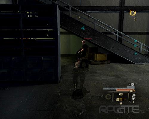 Подкрадитесь к охраннику, стоящему под лестницей