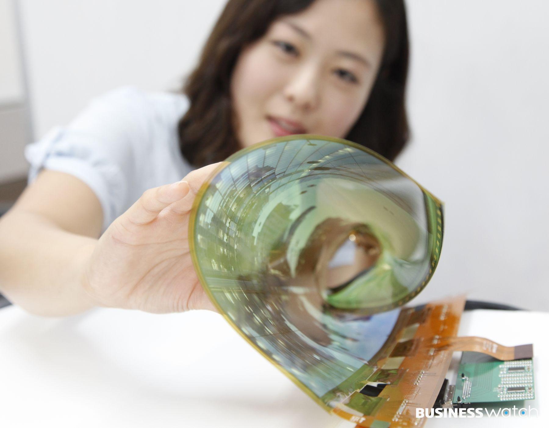 LGDisplay показала прозрачный игибкий 77-дюймовый OLED дисплей