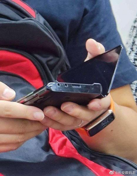Потенциальный Huawei Mate 40 Pro заснят в метро в руках у пользователя