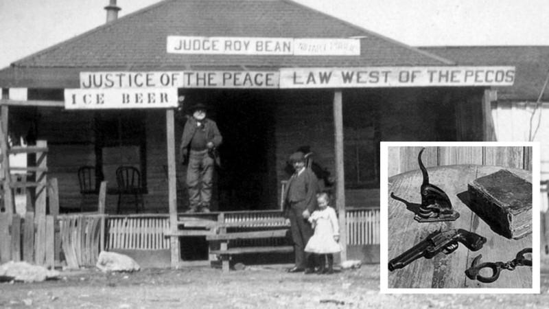 Рой Бин (слева) и его судейский набор: нотариальная печать, револьвер и сборник законов штата Техас