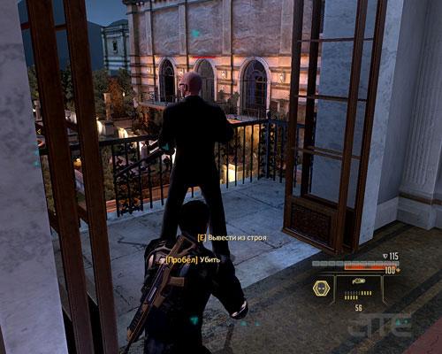 На первом балконе стоит охранник