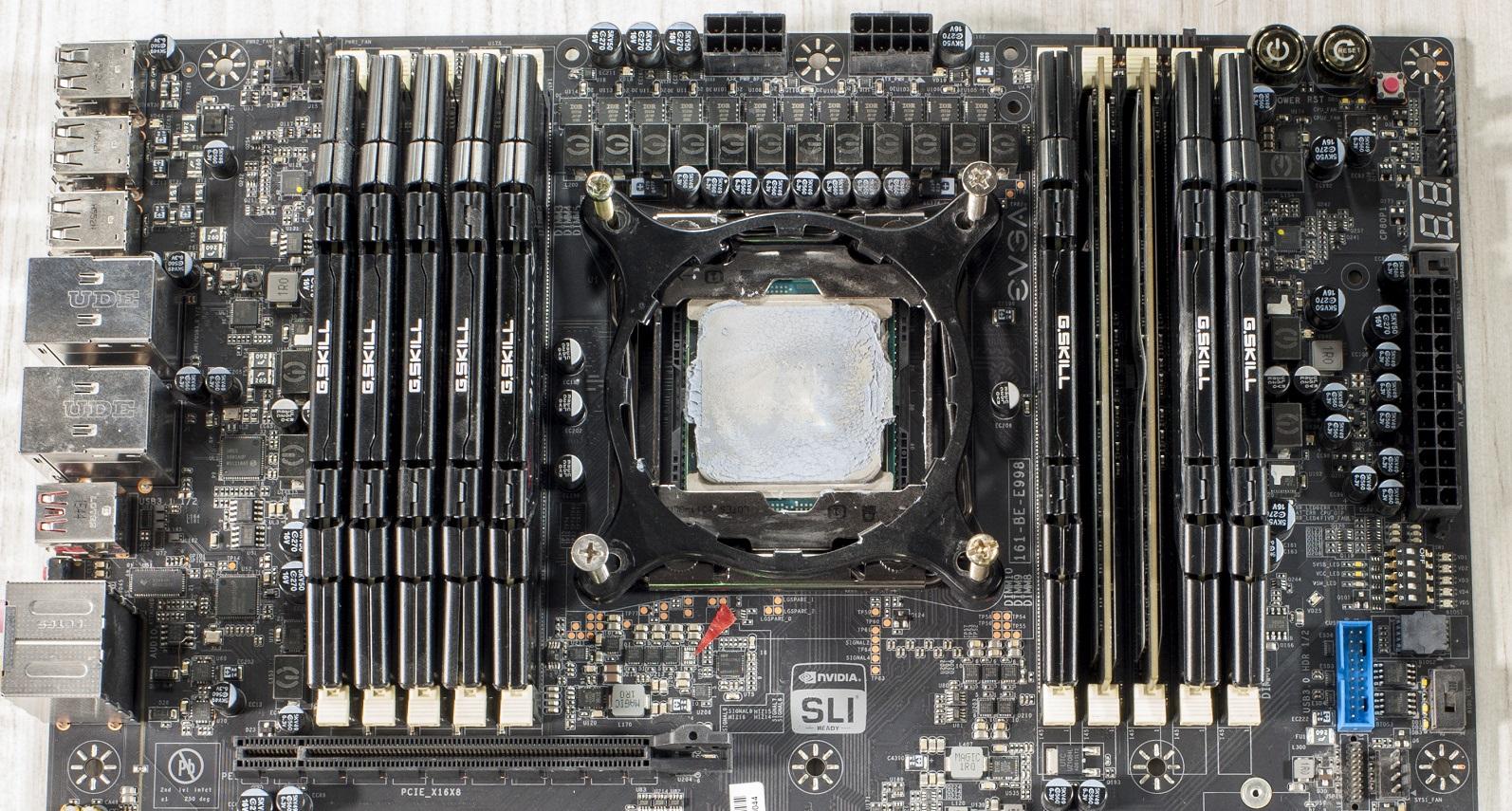 Прототип гигантской системной платы EVGA с 10 слотами для оперативной памяти
