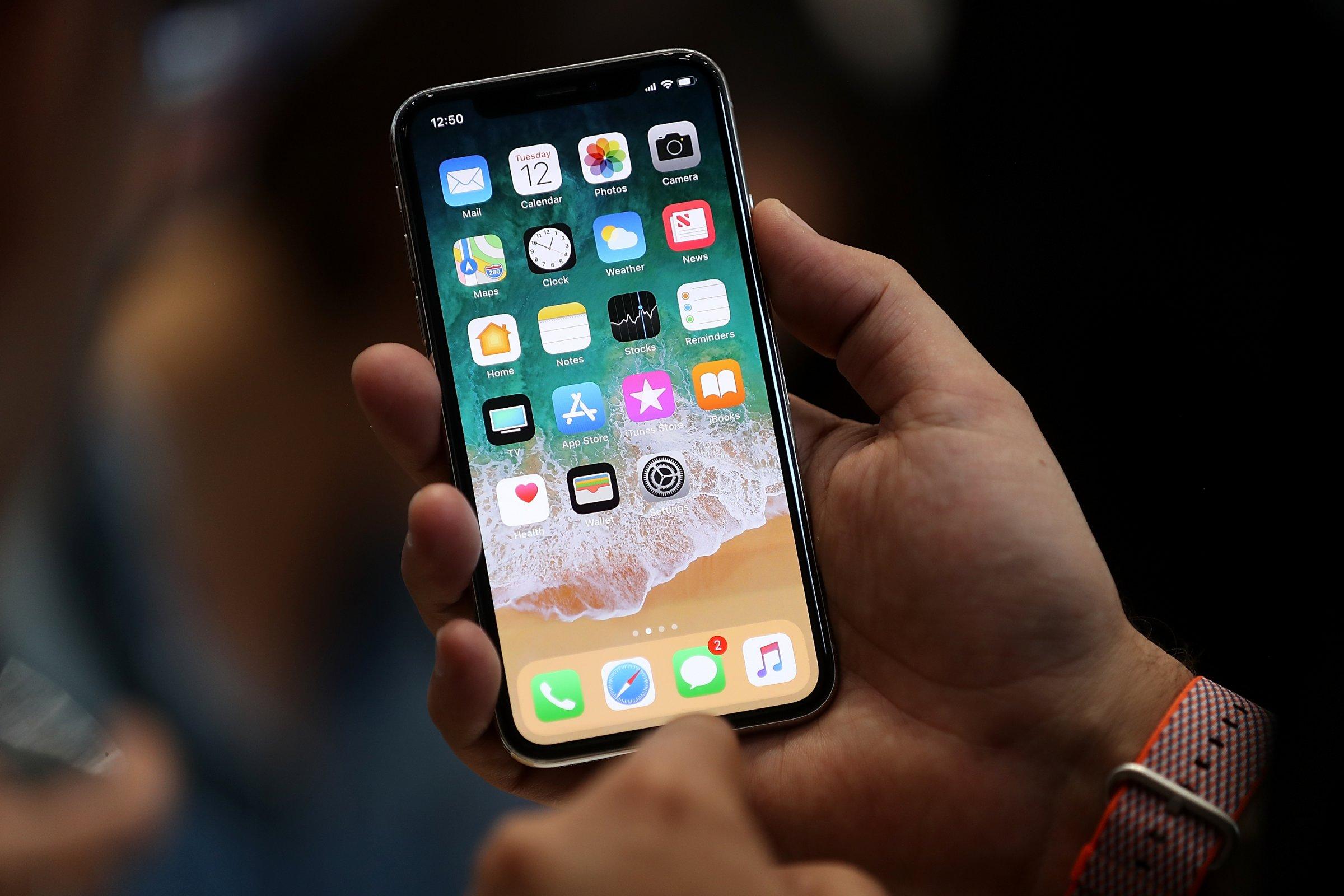 Apple вдвое уменьшает производство iPhone X