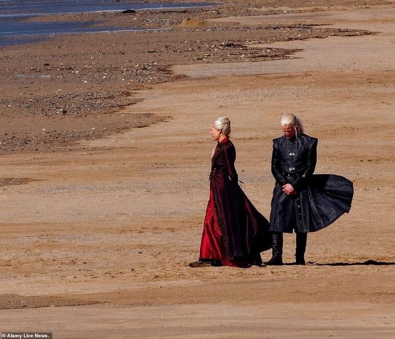 """Таргариены на пляже: Появились первые кадры со съёмок """"Дома дракона"""""""