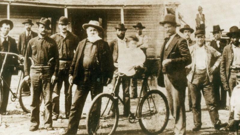 Рой Бин рядом с салуном, 1897