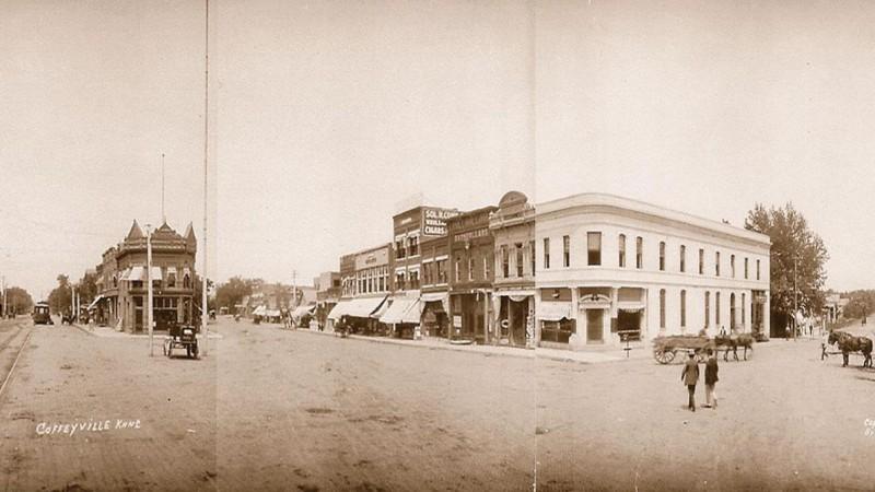 Центральная улица Коффивилла, 1892. Банк с зубчатой крышей слева — «Кондон и Компания», справа — «Первый национальный»