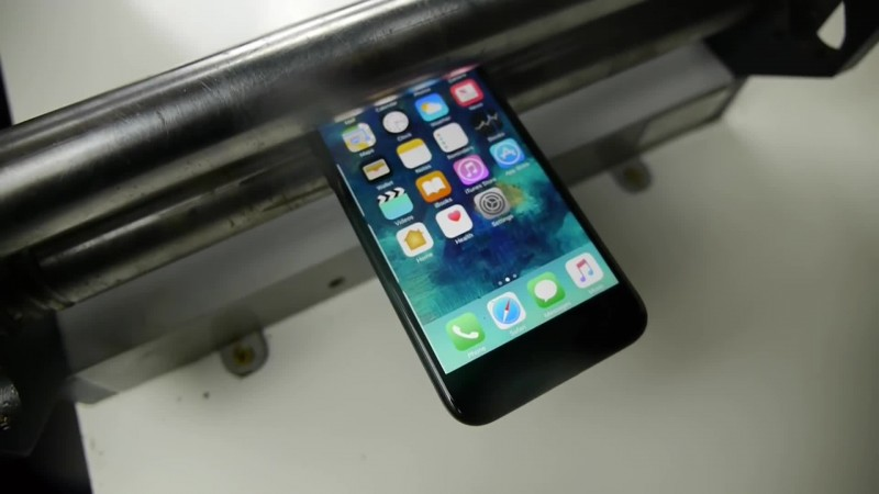 iPhone 7 расплющили валами для пресса