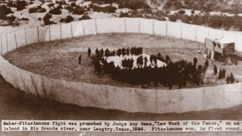 Боксёрский ринг на берегу Рио-Гранде, организованный Роем Бином. Здесь в 1896-м сразились супертяжи Боб Фитцсиммонс и Питер Махер