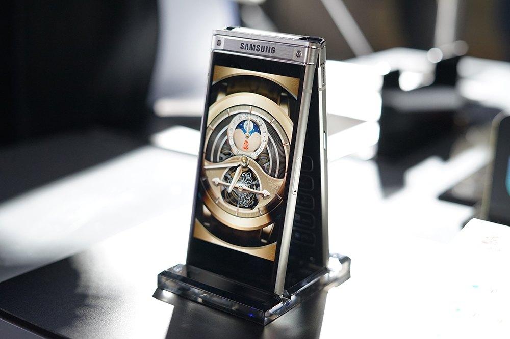 Анонс Самсунг  W2018: дорогой смартфон-раскладушка спродвинутой камерой