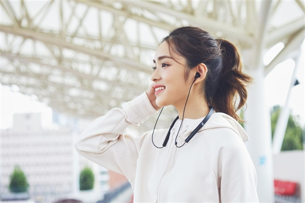 Беспроводные наушники Xiaomi Bluetooth Collar Headphone Youth Edition работают 7 часов после часовой зарядки