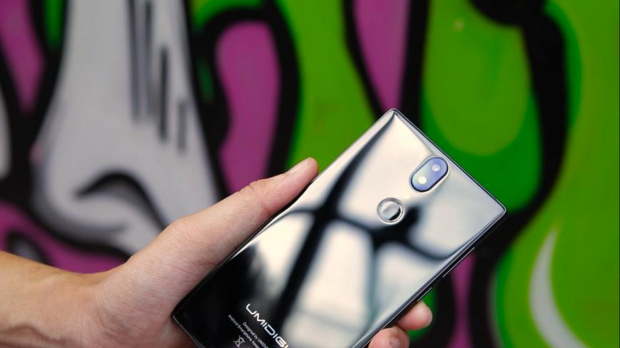 Китайская UmiDigi начала продажи безрамочного телефона за100 долларов