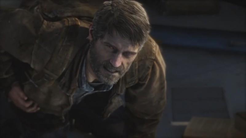 На одном из кадров раненый Джоэл стоит на коленях и смотрит в камеру, оскалив зубы. Выглядит жутко.
