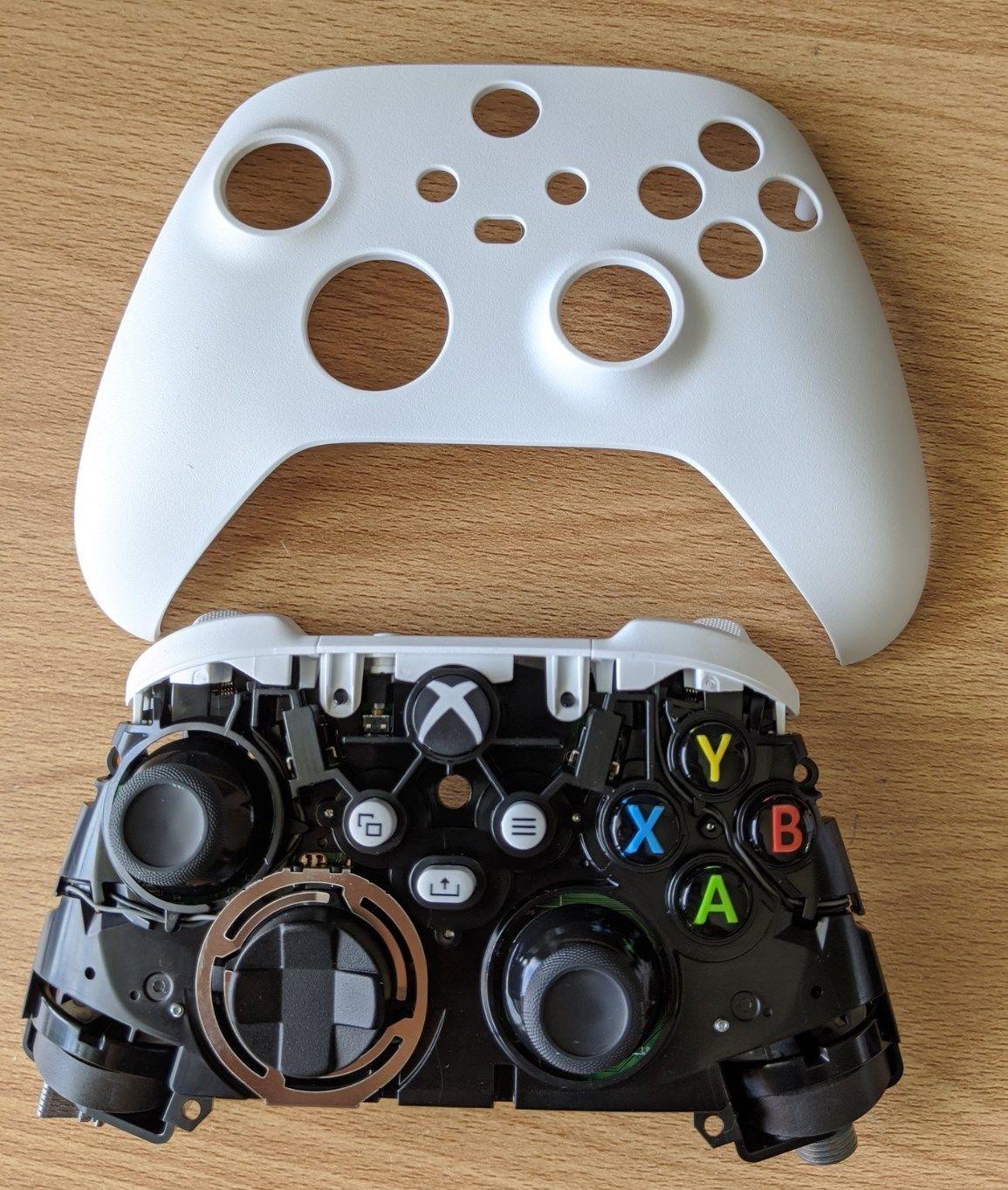 Появилось фото белого геймпада Xbox нового поколения со снятым корпусом