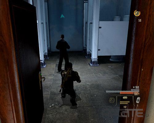 Охранник зашел в туалет