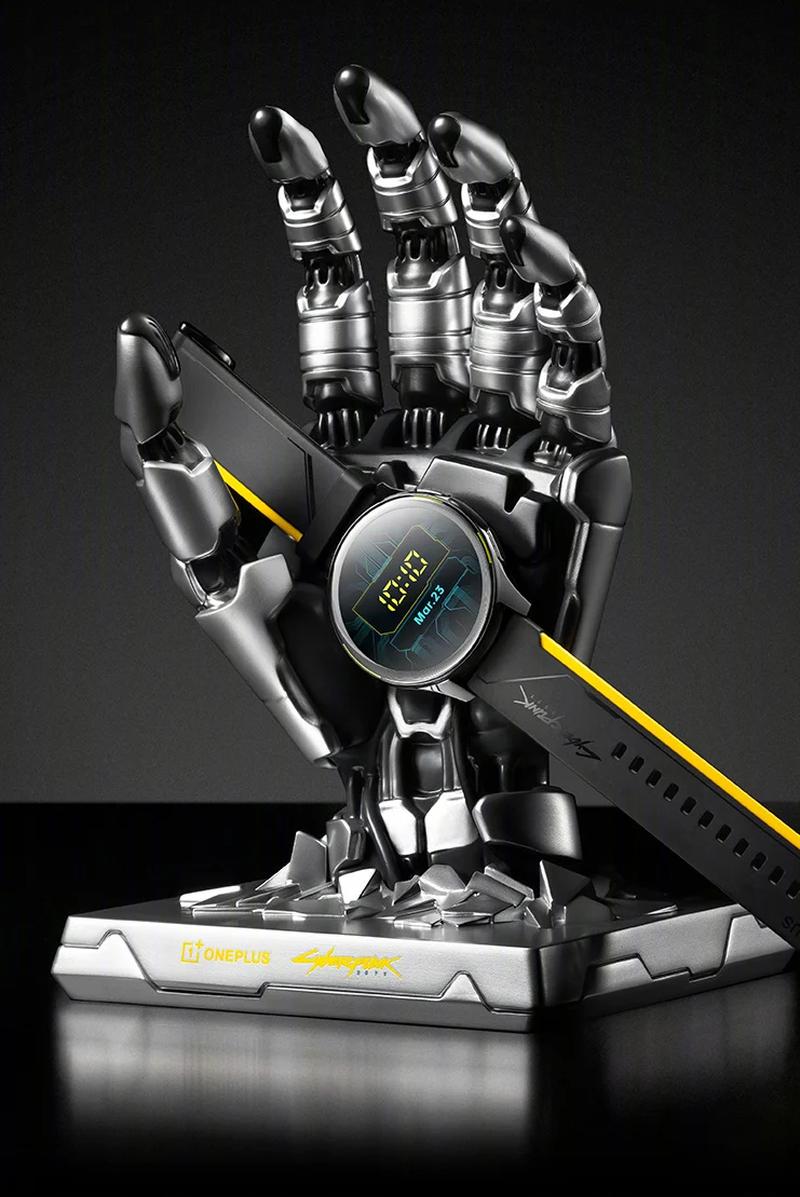 Выпущены часы OnePlus Watch Cyberpunk 2077 Limited Edition с рукой Johnny Silverhand в качестве подставки