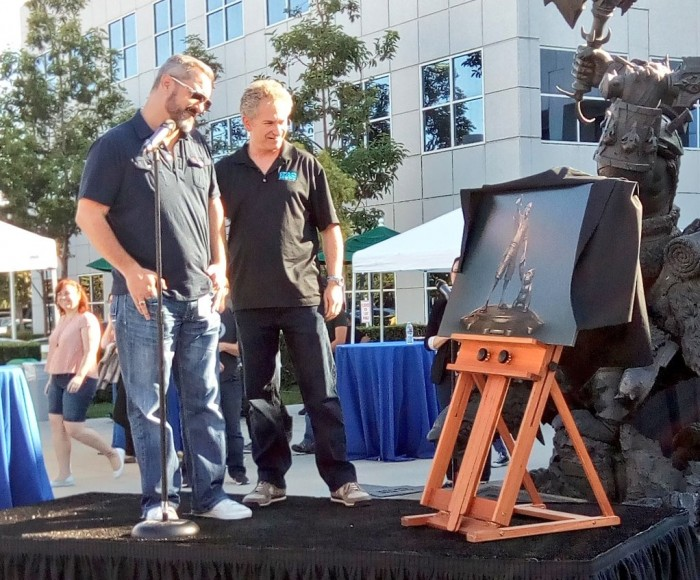 https://overfire.ru/wp-content/uploads/2016/09/Chris-Metzen-looking-at-statue.jpg
