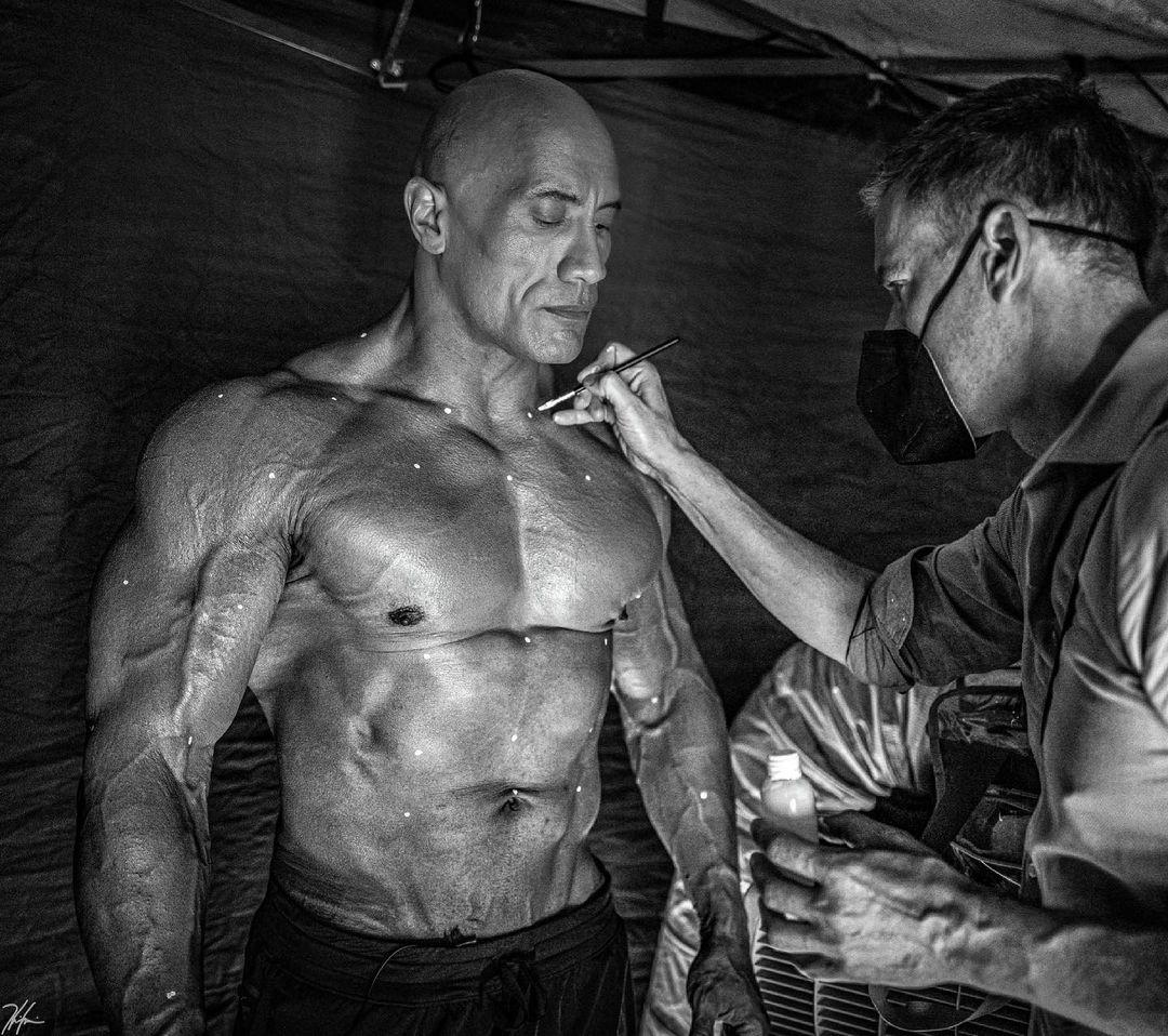 """Дуэйн Джонсон поиграл мускулами перед съёмками """"очень крутой"""" сцены из """"Чёрного Адама"""""""