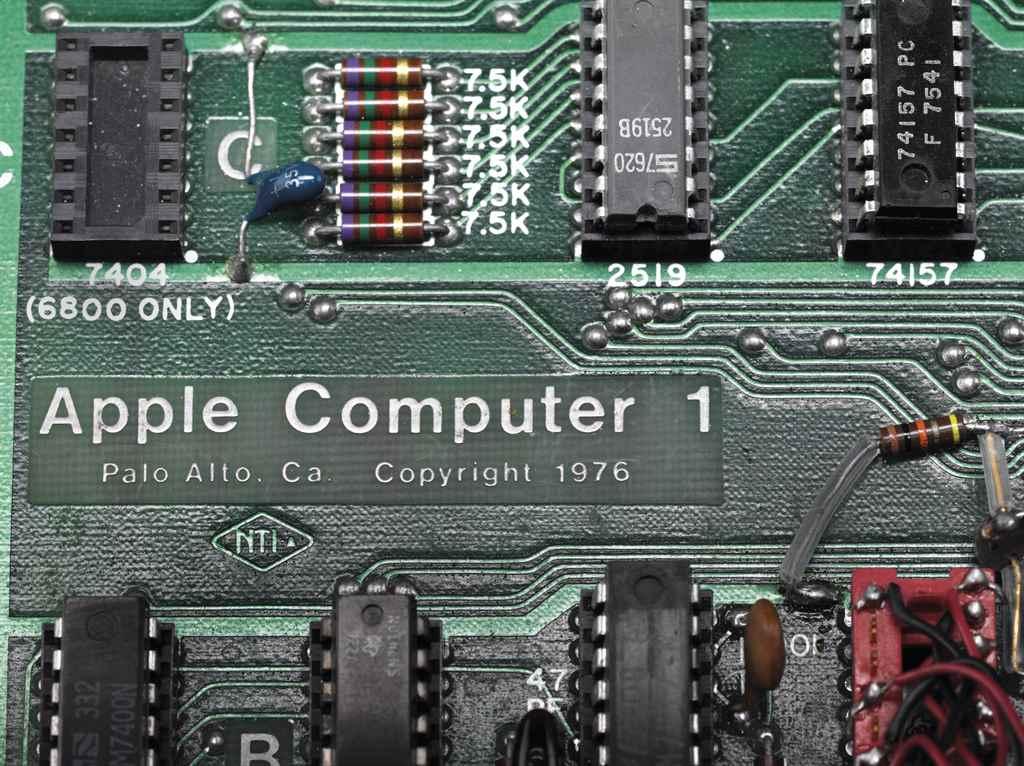 1-ый компьютер Apple продали саукциона за335 тыс. долларов